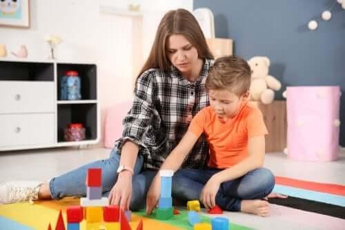 Donna e bambino con gioco di costruzioni