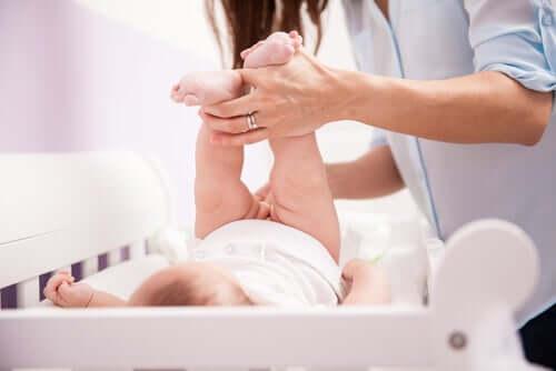 la presenza di un fasciatoio è assolutamente indispensabile nella camera da letto del bebè