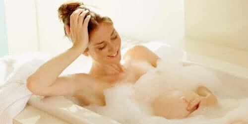 donna incinta che fa un bagno
