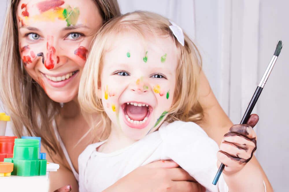 Madre e figlia formano una grande squadra, nel nome dell'amore. Mamma e figlia coperte di pittura.