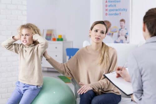 Madre e figlio con disturbi della condotta dal terapeuta per stilare un accordo comportamentale.
