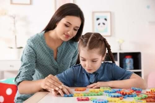 Madre gioca con la figlia
