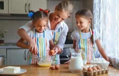 Mamma che prepara un dolce con le figlie