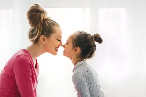 Mamma e figlia bacio eschimese