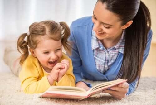 Mamma che legge un libro alla famiglia sorridente