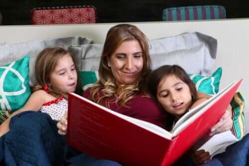 Mamma che legge un libro con le figlie