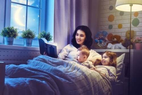 Mamma che legge una fiaba ai figli