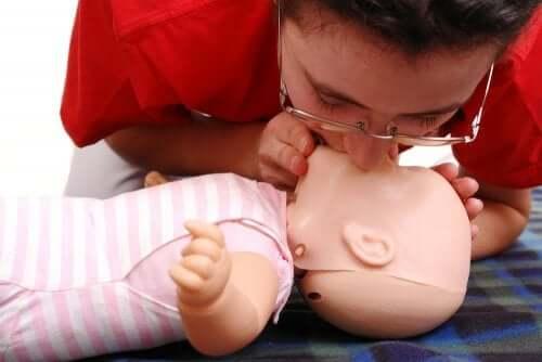 Respirazione bocca a bocca eseguita su bambola