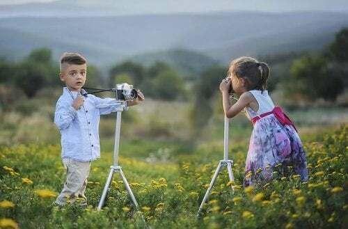 Bambini scattano una foto ricordo.