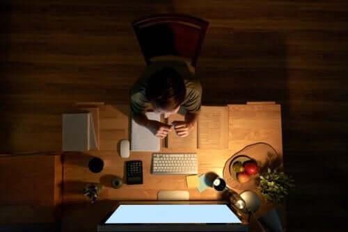 Bambino alla scrivania per studiare