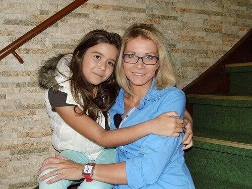 Mamma e figlia abbracciate