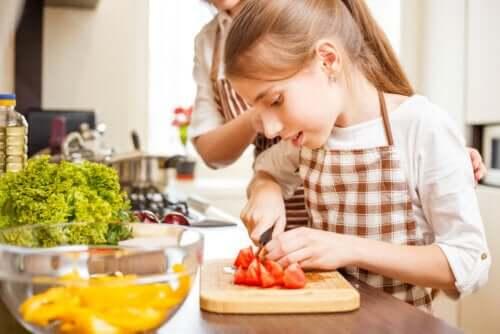 cucinare con gli adolescenti durante l'isolamento offre un gran numero di vantaggi