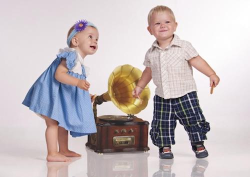 Bambini che ballano al suono della musica di un grammofono.