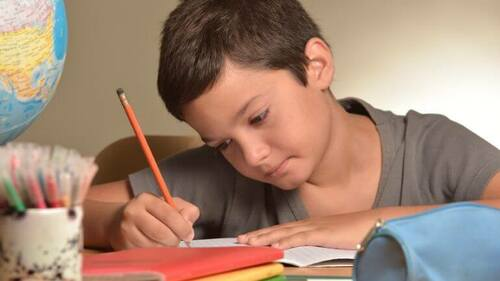 Bambino che fa i compiti.