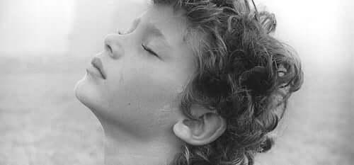 bambino che respira con occhi chiusi