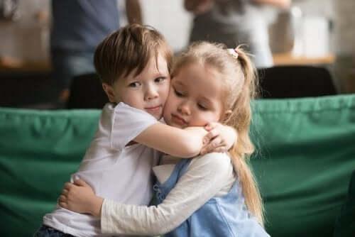 Alta sensibilità, bambini abbracciati