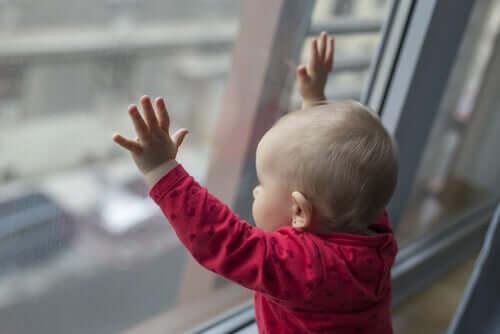 Bambino che guarda dalla finestra.