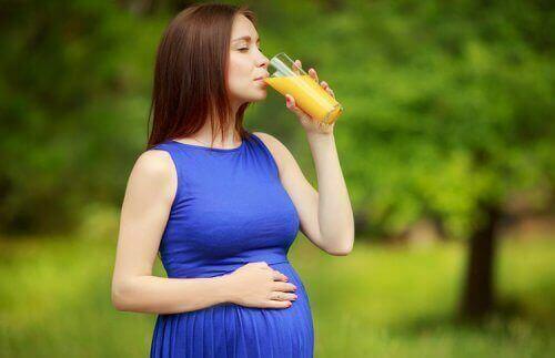 Bere succo di frutta