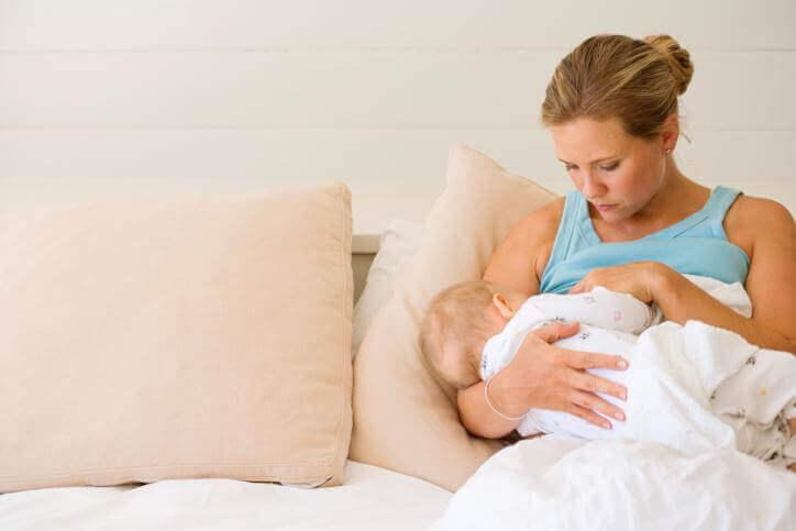 Donna che allatta il figlio.