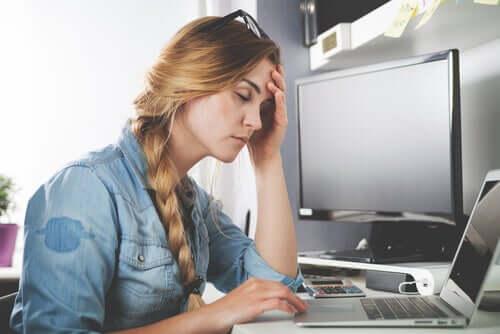 donna che pensa davanti ad un computer