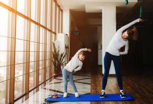 l'esercizio fisico non può mancare tra le attività da svolgere in casa con la famiglia