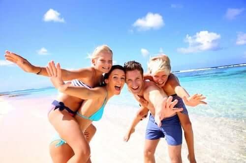 Stili genitoriali: famiglia si diverte in vacanza.