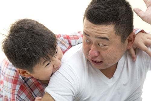 Figlio che morde il padre.