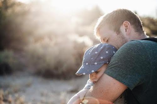 padre che abbraccia il figlio piccolo