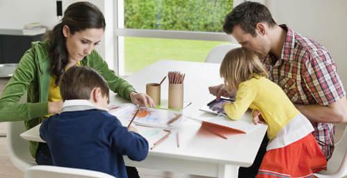 Genitori e figli che fanno i compiti.