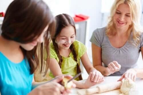 cucinare con gli adolescenti durante l'isolamento rappresenta un'ottima occasione per trascorrere insieme dei momenti piacevoli