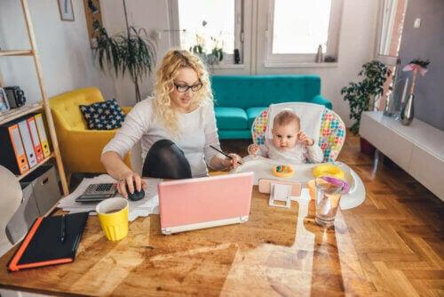 La sfida di occuparsi dei bambini e lavorare da casa