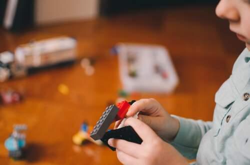 Bambino con i lego
