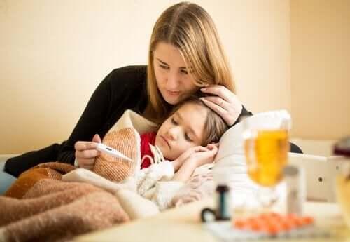 Madre misura temperatura alla figlia.