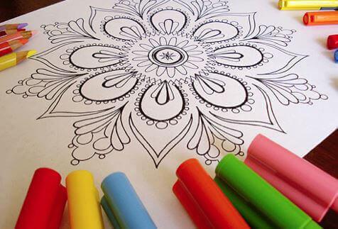 colorare i mandala è una delle migliori attività che possiamo realizzare in casa con la famiglia