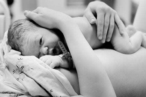Neonato con la mamma.
