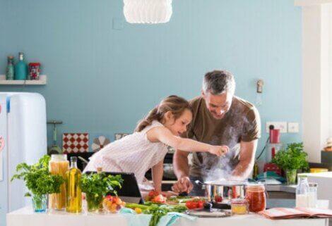 cucinare con i bambini durante l'isolamento può essere un'attività utile e divertente