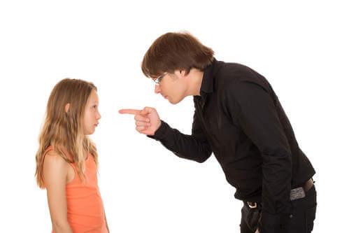 Rispetto genitori figli. Padre rimprovera la figlia.