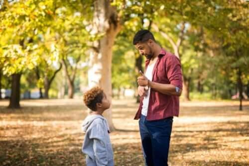 Padre che riprende il figlio al parco.