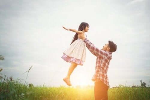 Padre e figlia che giocano all'aperto.