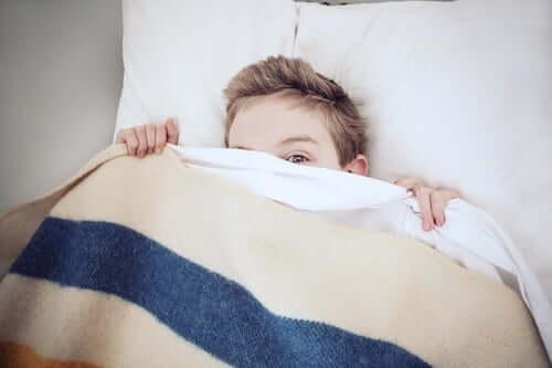 bambino che riposa a letto