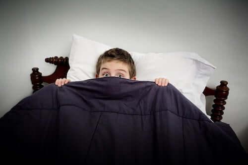 bambino a letto che non riesce a dormire