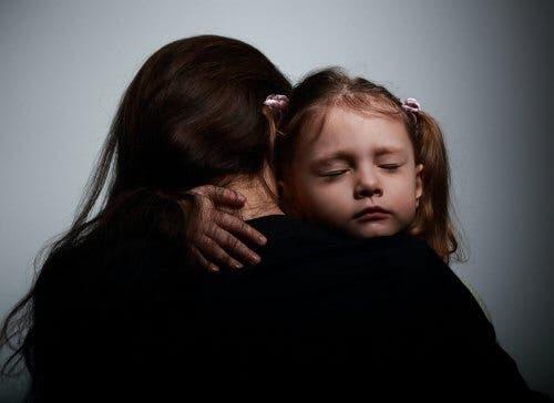 Abbraccio tra mamma e figlia