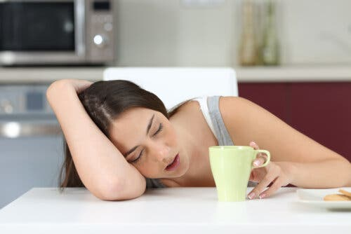 adolescente stanca al mattino tazza caffè