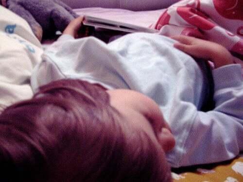 Bagnare il letto: bambino che dorme.