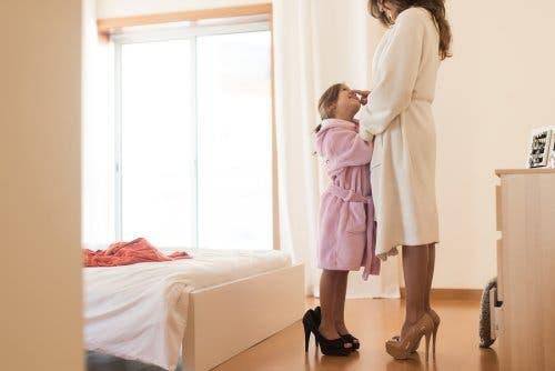 bambina e madre accappatoio