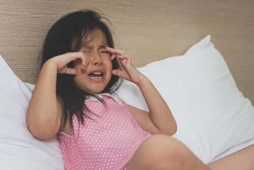 I capricci del bambino, bambina piange di rabbia