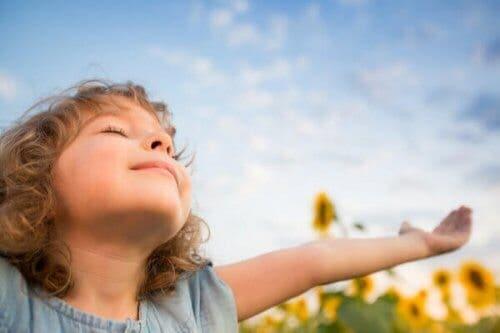 Bambina felice con le braccia aperte