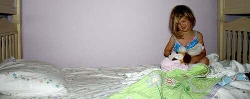 Bambina che piange perché ha bagnato il letto.