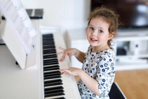bambina che suona il pianoforte