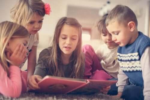 migliorare attenzione e concentrazione è decisamente importante in un mondo sempre più ricco di stimoli. Bambini che leggono un libro.